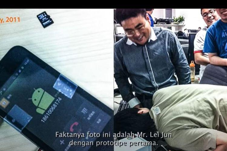 Pendiri Xiaomi, Lei Jun, menjajal fitur telepon di ponsel prototip pertama Xiaomi.