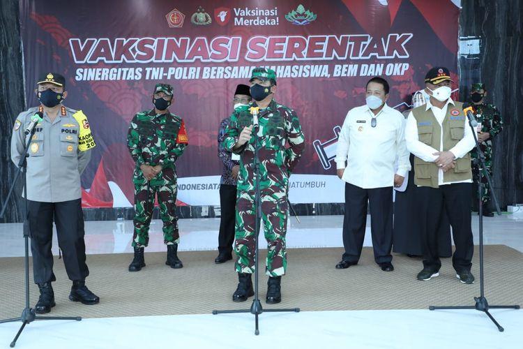 Panglima TNI Marsekal Hadi Tjahjanto bersama Kepala BNPB Ganip Warsito dan Kabaharkam Polri Komjen Pol Arief Sulistyanto meninjau pelaksanaan vaksinasi Covid-19 di Universitas Islam Negeri (UIN) Lampung, Rabu (22/9/2021).