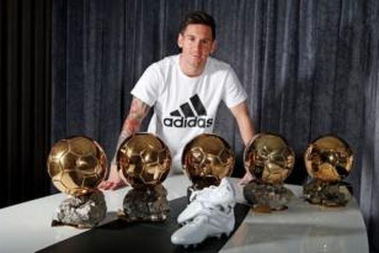 Lionel Messi mendapatkan sepatu Messi15 untuk menandai kesuksesan memenangi Ballon d'Or kelima.