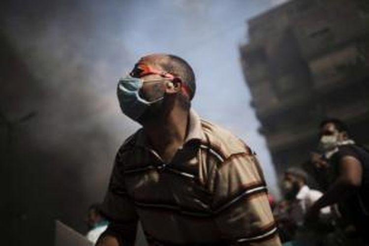 Pendukung Presiden Mesir terguling Muhammad Mursi bentrok dengan pasukan keamanan di Kota Nasr, Mesir, 14 Agustus, 2013.