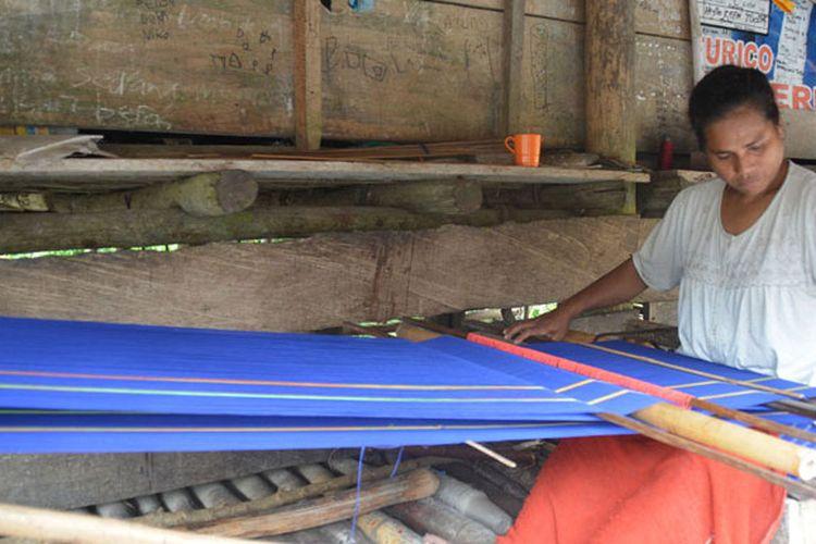 Seorang perempuan Sumba Barat di Kampung Prai Ijing, Desa Tebar, Kecamatan Kota, Kabupaten Sumba Barat, Nusa Tenggara Timur sedang menenun kain sumba untuk kebutuhan keluarganya. Kain sumba ini dijual kepada wisatawan maupun warga setempat. Harga kain sumba berkisar dari Rp 300.000 sampai Rp 2.500.000 sesuai dengan motifnya. Hasil jual kain sumba untuk memenuhi kebutuhan hidup keluarga dari warga Sumba.