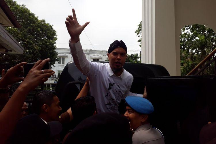 Ahmad Dhani usai sidang kasus Vlog Idiot di PN Surabaya, Selasa (19/2/2019)
