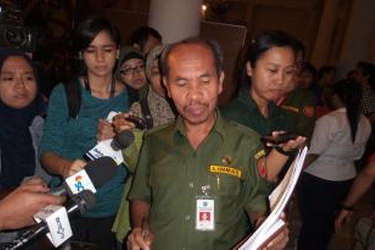 Kepala Inspektorat DKI Jakarta sekaligus mantan Kepala Dinas Pendidikan tahun 2014, Lasro Marbun saat menjelaskan perihal pengadaan UPS untuk sekolah-sekolah, di Balai Kota DKI Jakarta, Senin (2/3/2015)