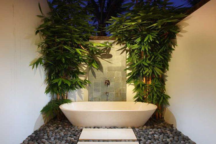 Kamar mandi outdoor dengan bambu kuning karya OG Architects