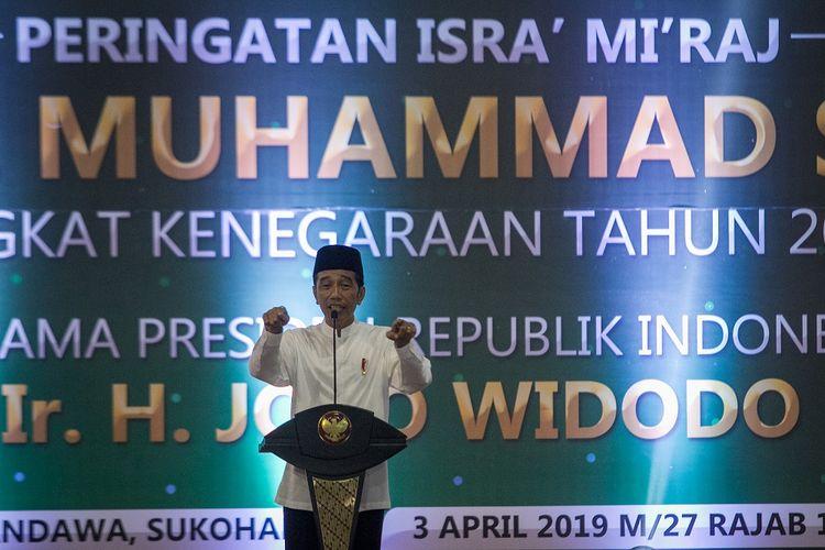 Presiden Joko Widodo memberikan sambutan pada acara Peringatan Isra Miraj Nabi Muhammad SAW di Gor Pandawa, Sukoharjo, Jawa Tengah, Rabu (3/4/2019). Presiden menyampaikan pentingnya menjaga persaudaraan sesama umat muslim dan menjaga kesatuan persatuan bangsa.