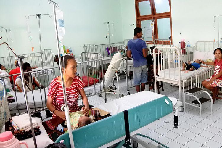 Sejumlah pasien penderita demam berdarah dengue (DBD) dirawat di salah satu ruangan di RSUD TC Hillers Maumere, Kabupaten Sikka,  NTT, Selasa (10/3/2020). Sampai dengan Selasa (10/3) siang jumlah kasus DBD di kabupaten itu sudah mencapai 1.195 kasus, dengan korban yang meninggal mencapai 14 orang dan yang masih dirawat mencapai 130 orang.