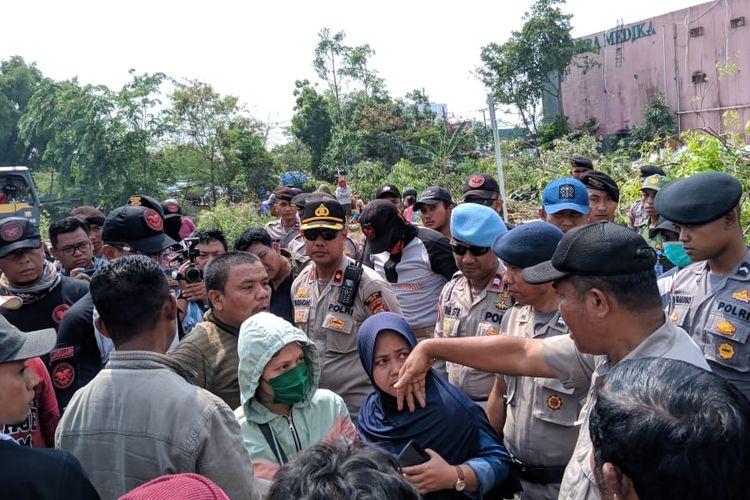 Warga Kampung Bulak, Cisalak, Depok melakukan demonstrasi saat diadakan penertiban oleh Satpol PP Kota Depok, Rabu (13/11/2019)