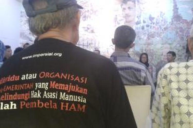 Korban pelanggaran Hak Azasi Manusia mengadakan konferensi pers terkait pernyataan Menteri Koordinator Bidang Politik Hukum dan Keamanan Tedjo Edhi Purdijatno, di Kantor Komisi untuk Orang Hilang dan Korban Tindak Kekerasan (KontraS), Jakarta, Kamis (4/12/2014).