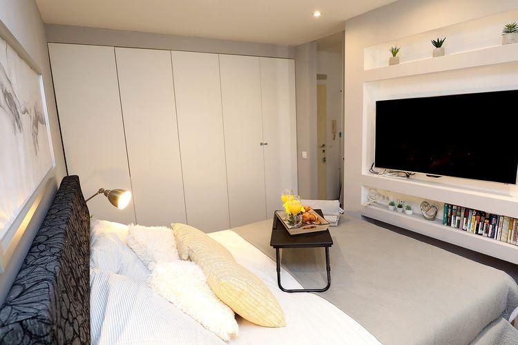Ilustrasi TV LED di dalam kamar tidur.