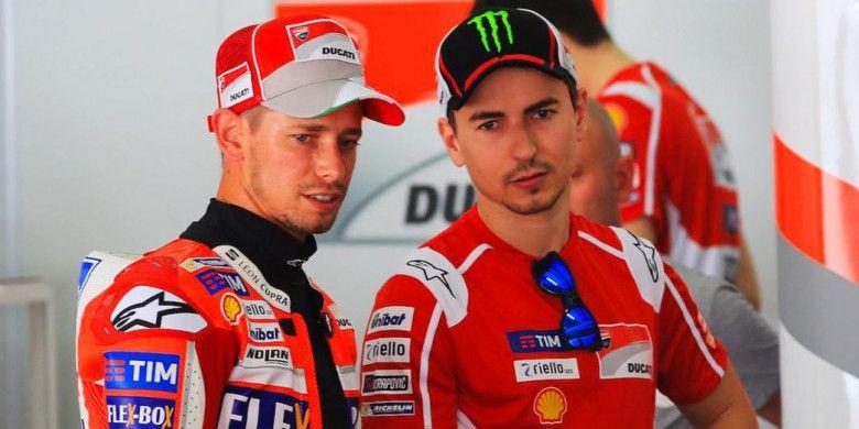 Pebalap penguji Ducati, Casey Stoner (kiri), berbincang dengan Jorge Lorenzo.