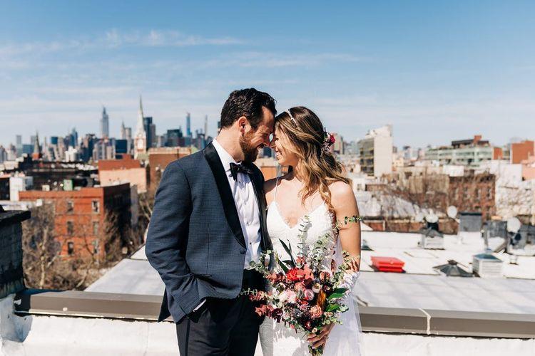 Pasangan Paula Fastuca dan Ken Caccavale menggelar pernikahan di atap apartemen mereka di Brooklyn.