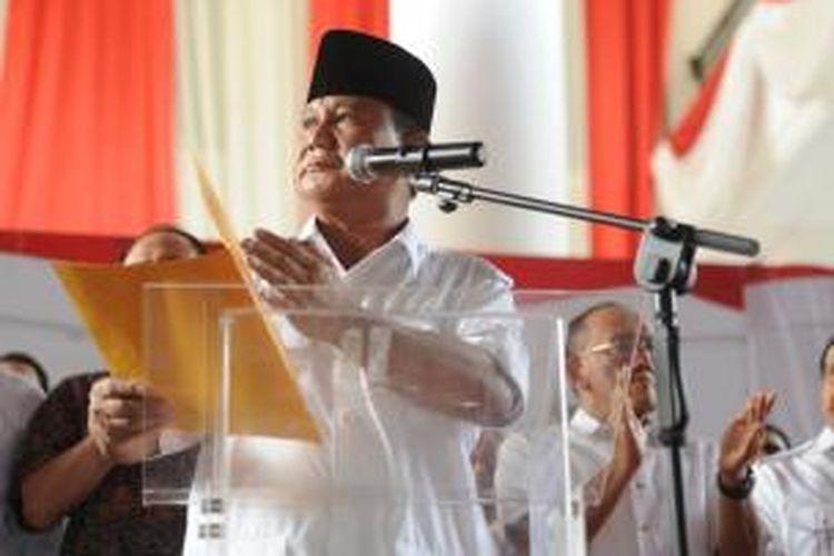 Calon presiden Prabowo Subianto menyampaikan pidato penolakkannya terhadap hasil pilpres 2014 di Rumah Polonia, Jakarta Timur, Selasa (22/7/2014). Pernyataan sikap tanpa kehadiran calon wakil presiden Hatta Rajasa tersebut merupakan bentuk kekecewaan dari tim pemenangan Prabowo Subianto-Hatta Rajasa terhadap pelaksanaan pilpres 2014 yang mereka nilai banyak diwarnai oleh kecurangan.