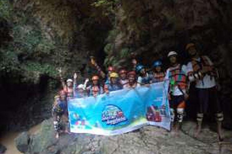 Peserta Take Me Anywhere 2, menjajal cave tubing di Kalisuci, Kabupaten Gunungkidul, DI Yogyakarta, Sabtu (15/10/2016).