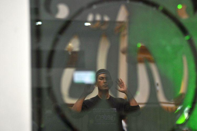 Umat Islam melakukan shalat sunah saat beriktikaf di Masjid Baiturrahmah Padang, Sumatera Barat, Sabtu (25/5/2019) malam. Ratusan jemaah beriktikaf dengan berdiam diri di dalam masjid tersebut yang diisi dengan kegiatan berzikir, membaca Al Quran dan ibadah lainnya pada 10 hari terakhir di bulan Ramadhan menanti malam Lailatul Qadar.