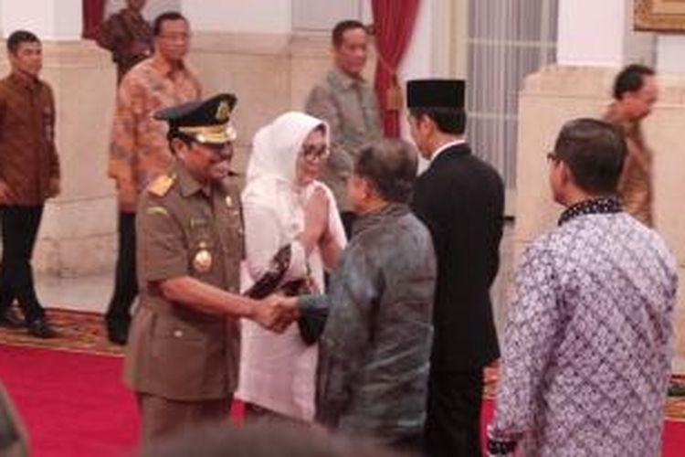 HM Prasetyo mendapat ucapan selamat dari Presiden Joko Widodo dan Wakil Presiden Jusuf Kalla usai dilantik sebagai Jaksa Agung di istana negara, Kamis (20/11/2014).