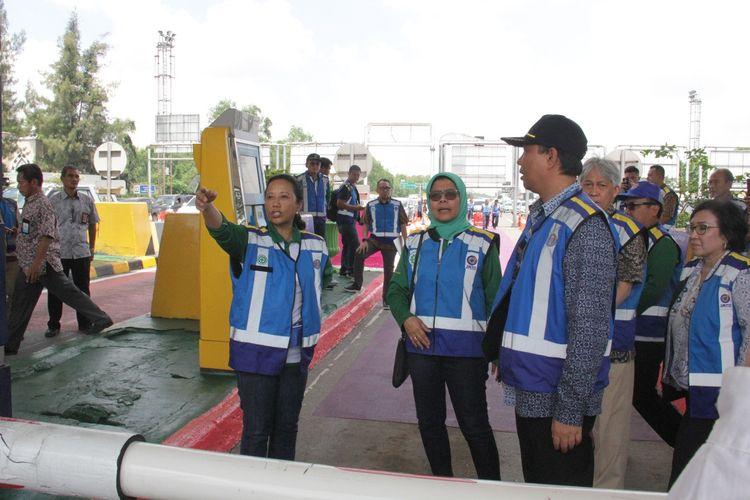 Menteri BUMN Rini M Soemarno didampingi Dirut PT Jasa Marga (Persero) Tbk Desi Arryani saat uji coba RFID di GT Kapuk, Jumat (22/3/2019).