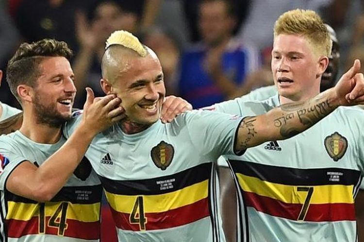 Gelandang Belgia, Radja Nainggolan (tengah), merayakan gol ke gawang Swedia bersama rekan-rekannya, di Allianz Riviera, Nice, pada Selasa (22/6/2016) waktu setempat.
