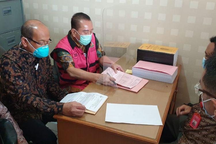 Joko Soegiarto Tjandra alias Djoko Tjandra (rompi tahanan berwarna merah muda) di Kejari Jakarta Pusat, Jumat (46/10/2020).