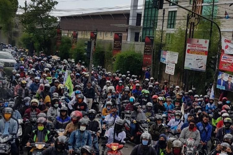 Suasan demonstrasi yang dilakukan buruh di kawasan Pulogadung Jakarta Timur, Selasa (6/10/2020)