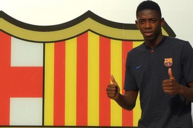 Ousmane Dembele berpose di depan logo raksasa FC Barcelona di Camp Nou, 27 Agustus 2017, sebelum prosesi teken kontrak sebagai pemain anyar El Barca.
