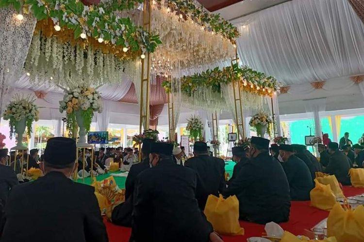 Proses akad nikah Iqbal Payapo anak kandung Bupati Seram Bagian Barat dan Gadis Nadia Umasugi anak kandung Bupati Buru di pandopo Bupati Buru, Maluku, Jumat (26/2/2021)