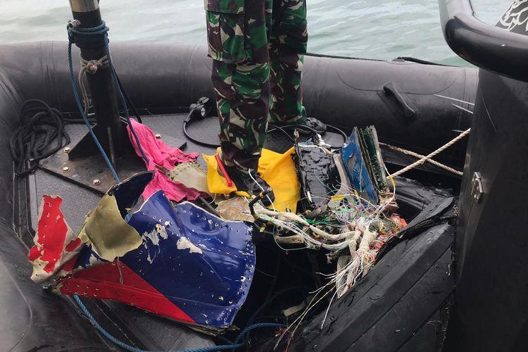 Tim Kopaska TNI AL menemukan bagian pesawat Sriwijaya Air SJ 182 setelah melakukan penyelaman di sekitar Pulau Lancang dan Pulau Laki, Kepulauan Seribu, Jakarta pada Minggu (10/1/2021) pagi.(KOMPAS.com/WAHYU ADITYO PRODJO)