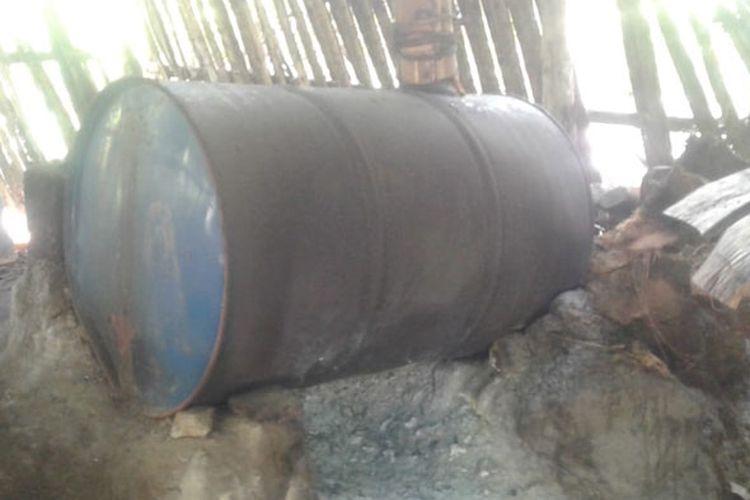 Proses pembuatan moke secara tradisional di Desa Nele Urung, Kecamatan Nele, Kabupaten Sikka, Pulau Flores, Nusa Tenggara Timur (NTT), Kamis (16/5/2019).