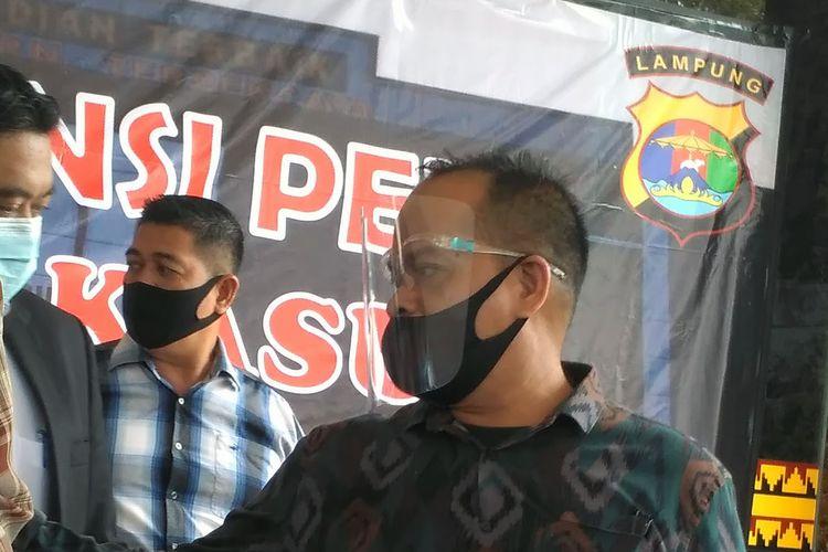 Artis berinisial VS yang diamankan Polresta Bandar Lampung dalam kasus dugaan praktik prostitusi daring dihadirkan dalam ekspos kasus, Kamis (30/7/2020). Kedua mucikari mendapatkan komisi masing-masing Rp5 juta.