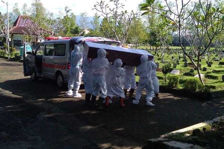 Sebuah proses pemakaman dengan protokol kesehatan pencegahan Covid-19 di TPU Giriloyo, Kota Magelang, Jawa Tengah, Juni 2021.