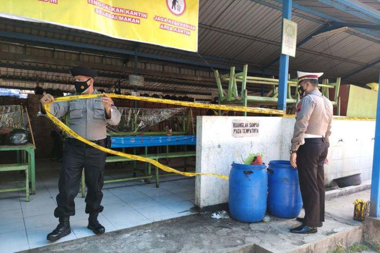 Polisi menyegel pabrik di Semarang yang diduga melanggar PPKM Darurat.