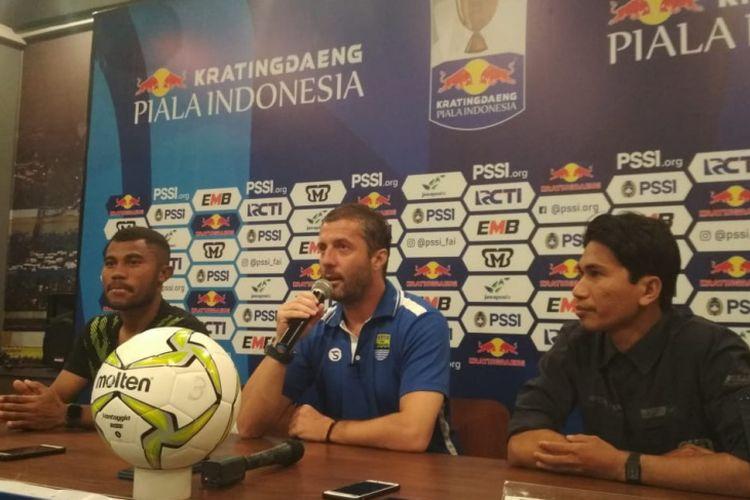 Pelatih Persib Miljan Radovic saat hadir dalam sesi konferensi pers jelang laga kontra Arema FC di Graha Persib Jalan Sulanjana, Minggu (17/2/2019).