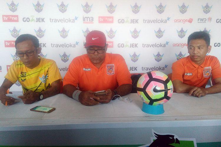 Pelatih Borneo FC Iwan Setiawan (tengah) dan Wahyudi (kiri), sebelum pertandingan menghadapi Persegres Gresik United.