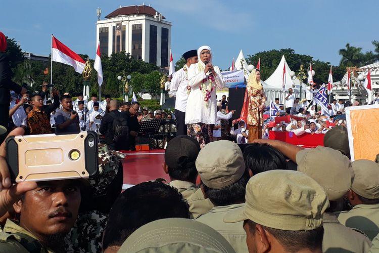 Gubernur Jatim Khofifah Indar Parawansa melakukan orasi kebangsaan di Monumen Tugu Pahlawan Surabaya, Kamis (14/2/2019)