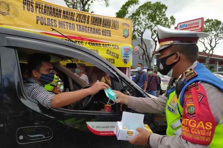 Polres Metro Tangerang Kota turut melakukan giat kemanusiaan di Pos Operasi Lilin 2020 yang terletak di Rest Area KM 13,5 Jalan Tol Jakarta - Merak, Tangerang pada Rabu (23/12/2020) siang.