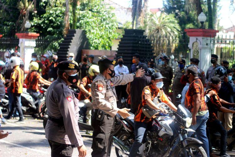 Polisi berjaga di sekitar rumah dinas Bupati Blitar, Pendopo Hadinegoro, di Jalan Semeru Kota Blitar, Senin (19/4/2021), sementara sekitar seratusan massa ormas Pemuda Pancasila (PP) berjaga-jaga di kompleks tersebut.
