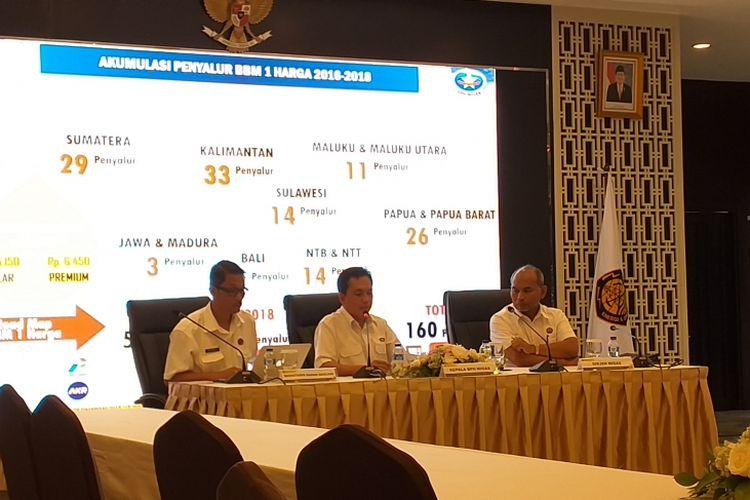 Kepala BPH Migas Fanshurullah Asa (tengah) saat memaparkan capaian penyaluran BBM satu harga di Kantor Kementerian ESDM, Jakarta, Senin (31/12/2018).