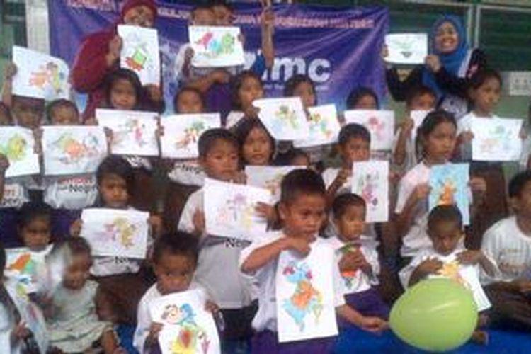 Anak-anak pengungsi Syiah Sampang dihibur dengan nyanyian dan permainan oleh Pengurus Wilayah Muhammadiyah Jawa Timur, Sabtu (1/06/2013).