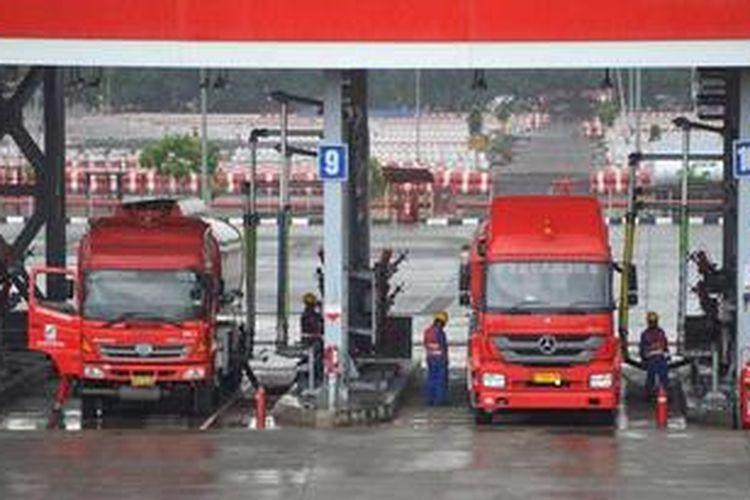 Pengisian bahan bakar minyak ke tangki truk di Depo Pertamina Plumpang, Jakarta, Jumat (28/12/2012).