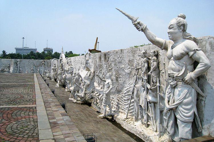 Ukiran sejarah Indonesia yang mengelilingi Monumen Nasional, Jakarta. Di sudut timur laut yang menggambarkan kemaharajaan kuno Indonesia, di bagian kanan adalah Gajah Mada, Mahapatih Kerajaan Majapahit.