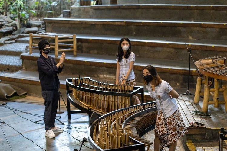 Kolaborasi musisi Eka Gustiwana dengan Saung Angklung Mang Udjo DOK. Instagram.com/angklungudjo