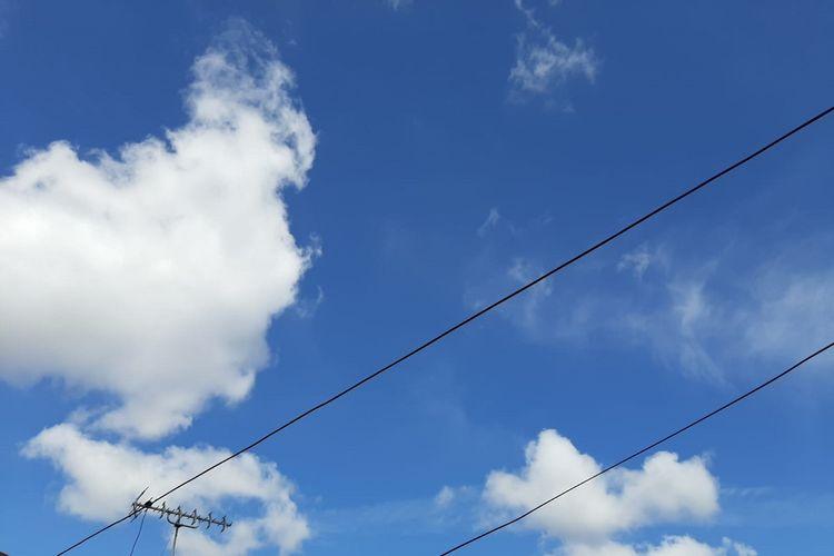 Ilustrasi langit cerah.