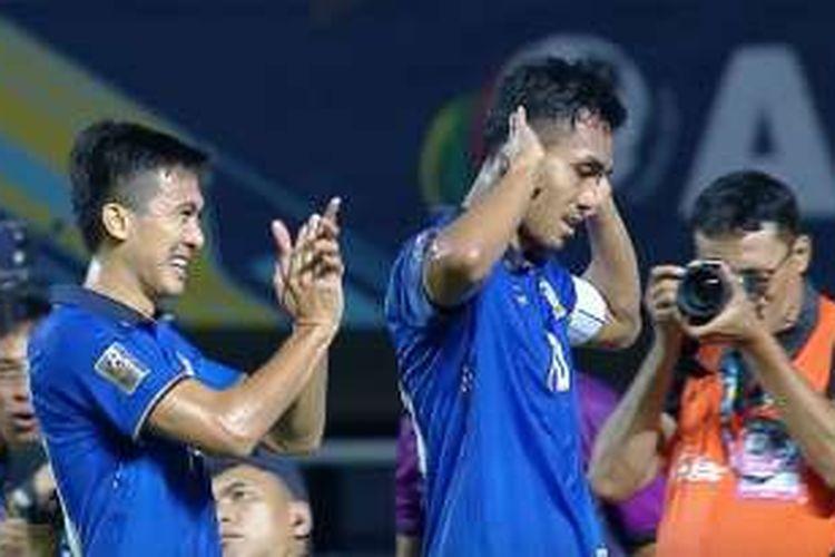 Gaya kapten Thailand, Teerasil Dangda, seusai menjebol gawang Indonesia pada final pertama Piala AFF 2016, Rabu (14/12/2016).