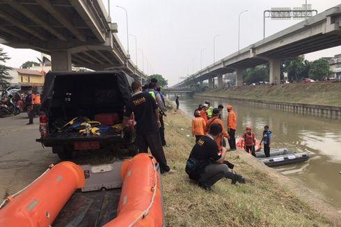 Mobil Tercebur di Kalimalang, Bocah yang Hanyut Sulit Ditemukan karena Ada Material Sisa Pembangunan Jalan Tol di Dasar Sungai