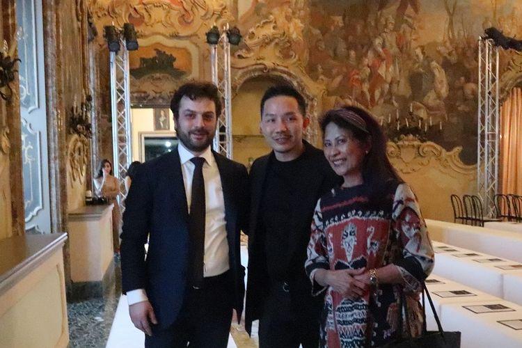 Perancang busana Hian Tjen (tengah) membawa nama Indonesia dalam ajang Milan Fashion Week Fall Winter 2020/2021 ? Emerging Talents Milan, di Palazzo Visconti, Milan, Italia.