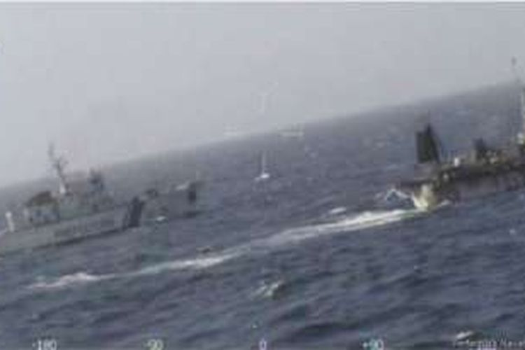 Dalam foto yang dirilis Dinas Penjaga Pantai Argentina menunjukkan pengejaran yang dilakukan terhadap kapal nelayan China.