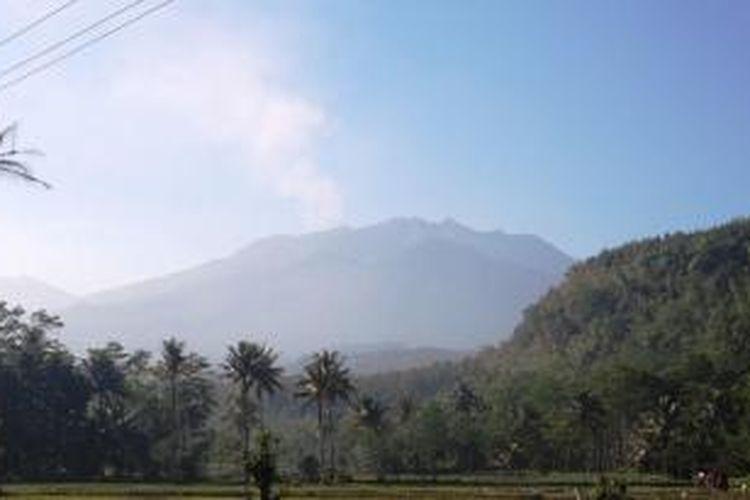 Kepulan asap keluar dari puncak Gunung Raung, terlihat jelas dari Desa Rowosari, Kecamatan Sumberjambe, Jember, Jawa Timur, Senin (29/6/2015).