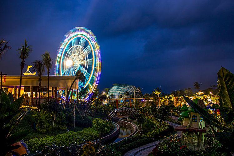 Malam hari di Saloka Theme Park, Jawa Tengah.