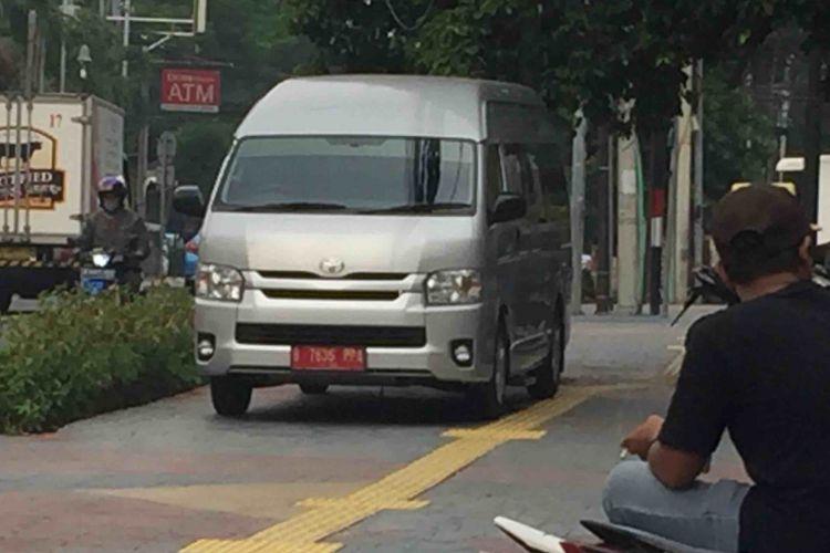 Sejumlah kendaraan parkir liar di trotoar yang berada di Jalan Sunda, Jakarta Pusat. Badan trotoar dengan luas lebih dari 8 meter itu dengan sengaja dijadikan tempat parkir belasan motor serta sebuah mobil berplat merah. Mobil hiace milik pemerintah bernomor polisi B-7636-PPA itu parkir di tengah trotoar. Hal itu membuat sejumlah pejalan kaki kesulitan melintas, Selasa (10/7/2018).