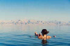 Kenapa di Laut Mati Bisa Mengapung? Ternyata ini Penjelasan Ilmiahnya