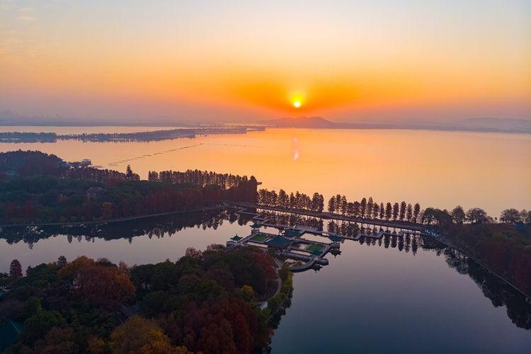 Ilustrasi Wuhan - Zona Tingtao di area East Lake yang merupakan salah satu destinasi wisata di Wuhan, China.